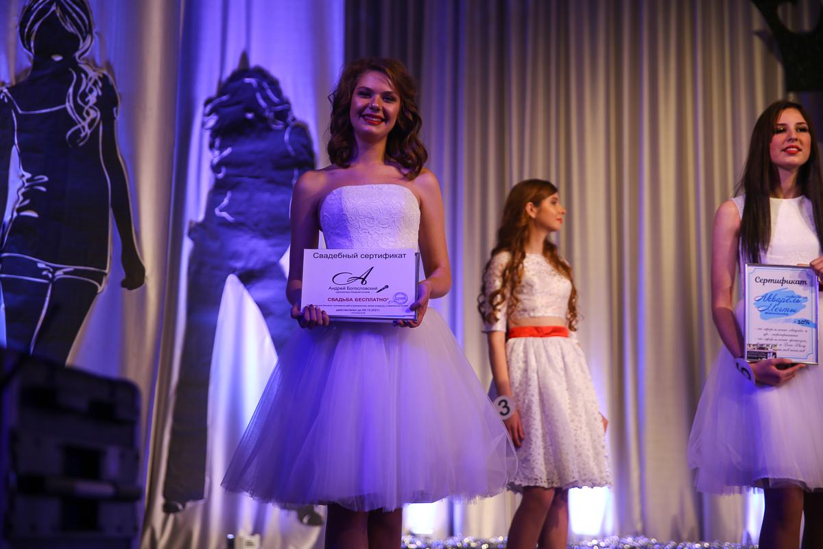 Участница №1 — Ксения Кнышова с подарочным сертификатом на бесплатное проведение свадьбы. Фото: Диана КОСЯКИНА