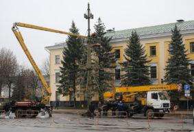 В Барановичах начали установку главной елки города. Фотофакт