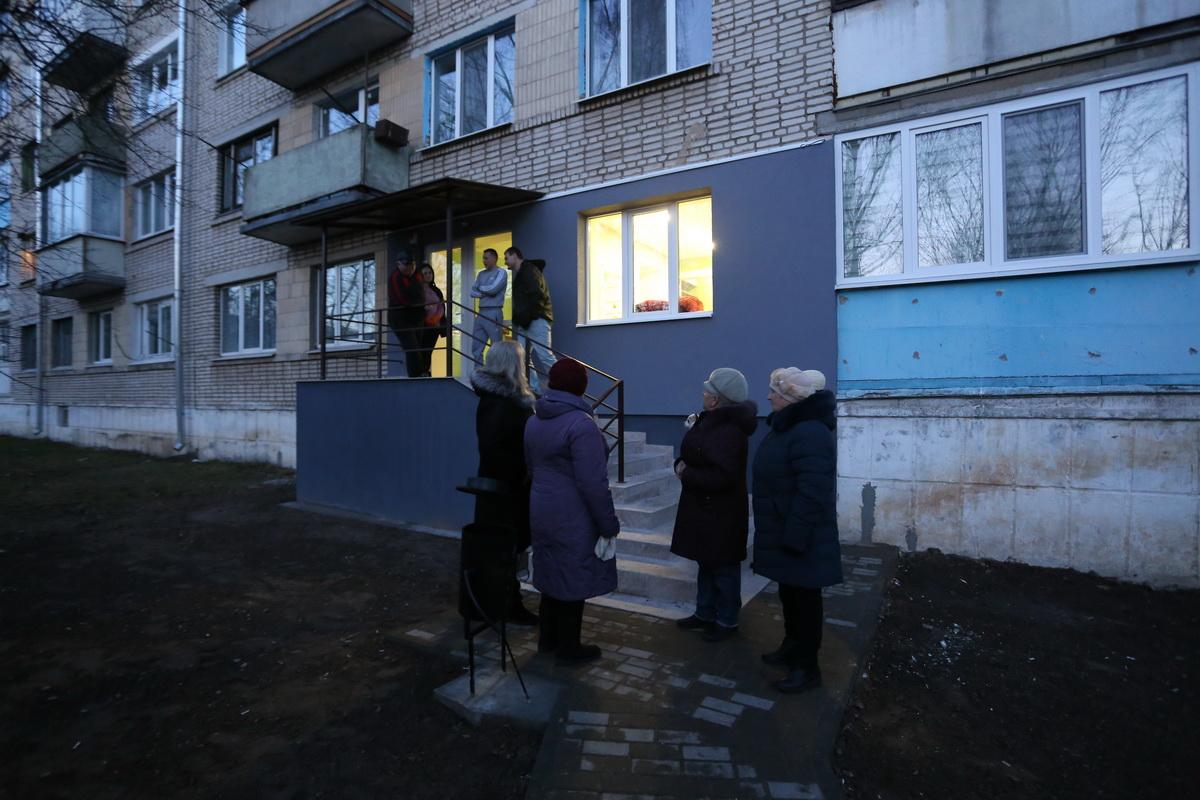 Женщины из дома №12 на улице 50 лет ВЛКСМ и «представители противоположного лагеря» выясняют отношения 16 декабря. Фото: Александр ЧЕРНЫЙ