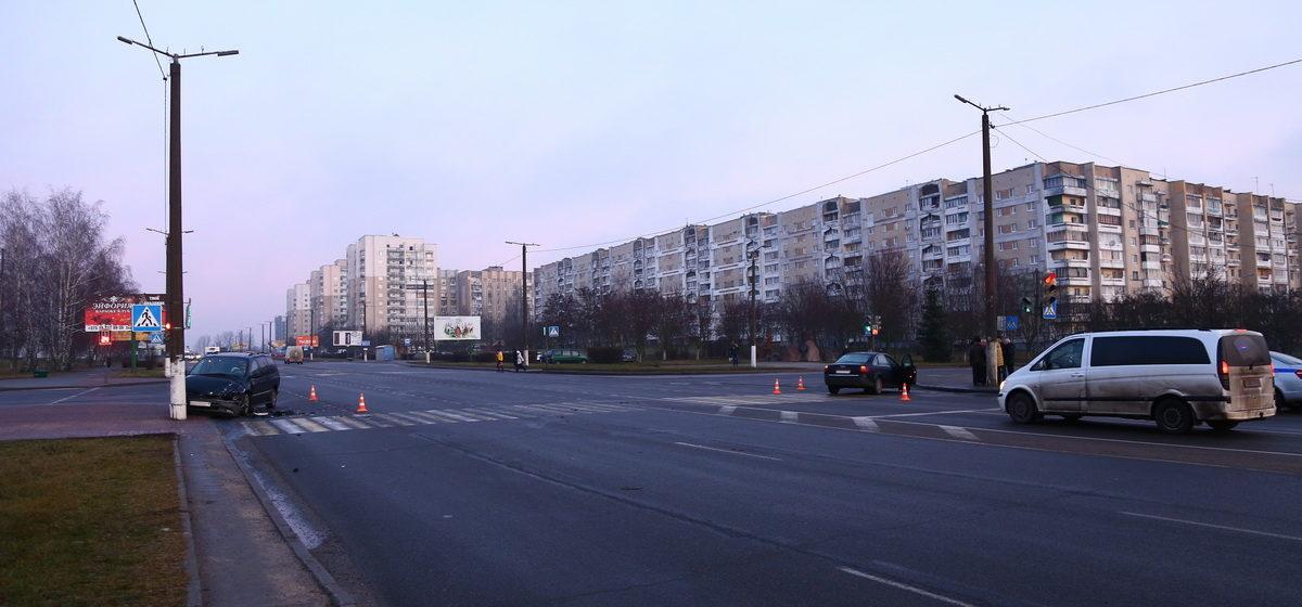 В Барановичах в результате столкновения «Ауди» и «Крайслера» одно авто отбросило на столб