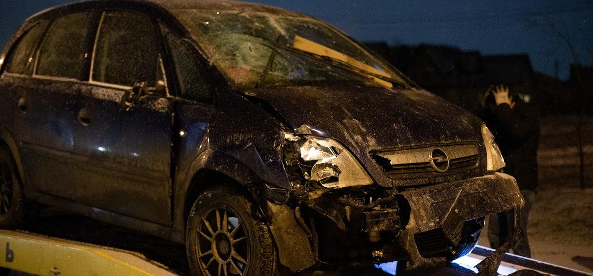 В Барановичах женщина на «Опеле» проломила забор, въехала во двор и ушла с места ДТП