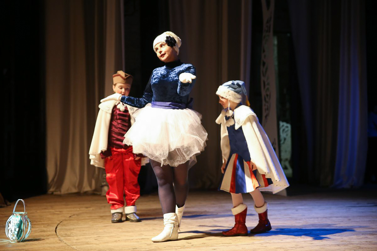 Принцесса Смурфетта и юные помощники Деда Мороза. Фото: Диана КОСЯКИНА