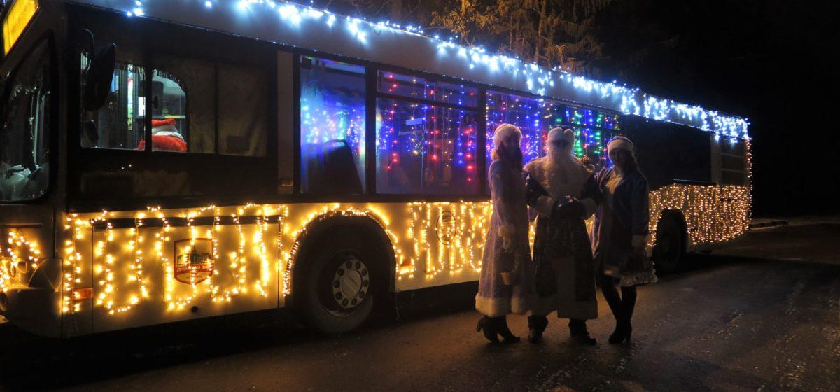 Как в Барановичах в новогоднем автобусе поздравляли пассажиров