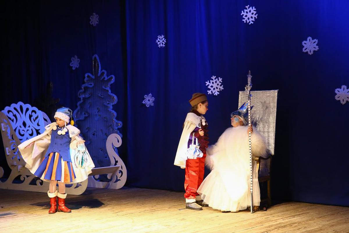 Снежная Королева и юные помощники Деда Мороза. Фото: Диана КОСЯКИНА