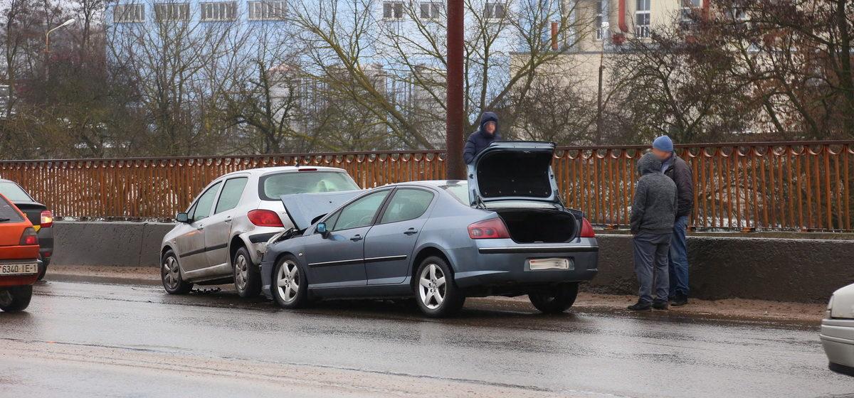 В Барановичах столкнулись два автомобиля: один «француз» заехал под другого. Фотофакт