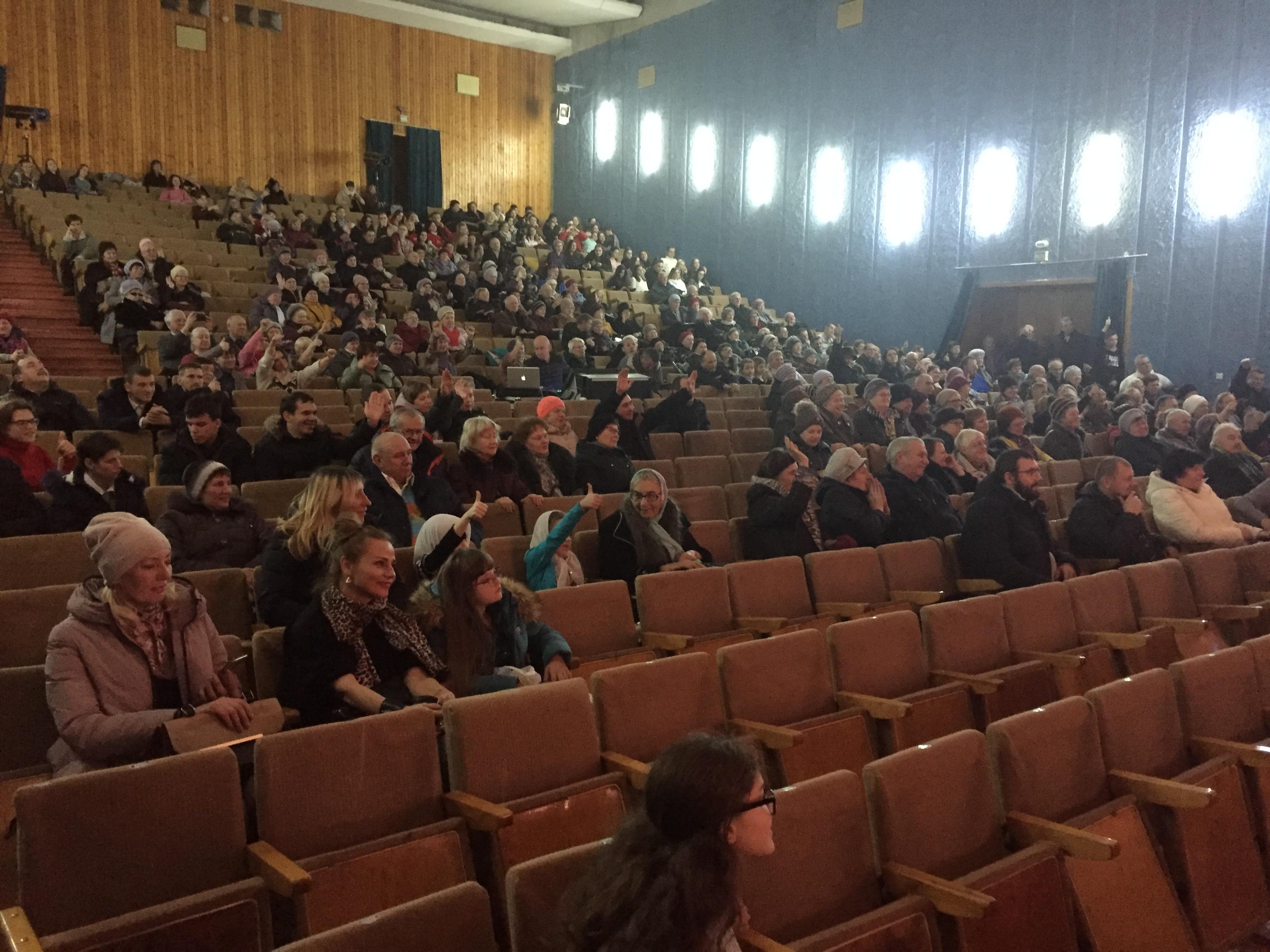 Барановичские зрители на встрече с Алексеем Талаем в ГДК. Фото: Диана КОСЯКИНА