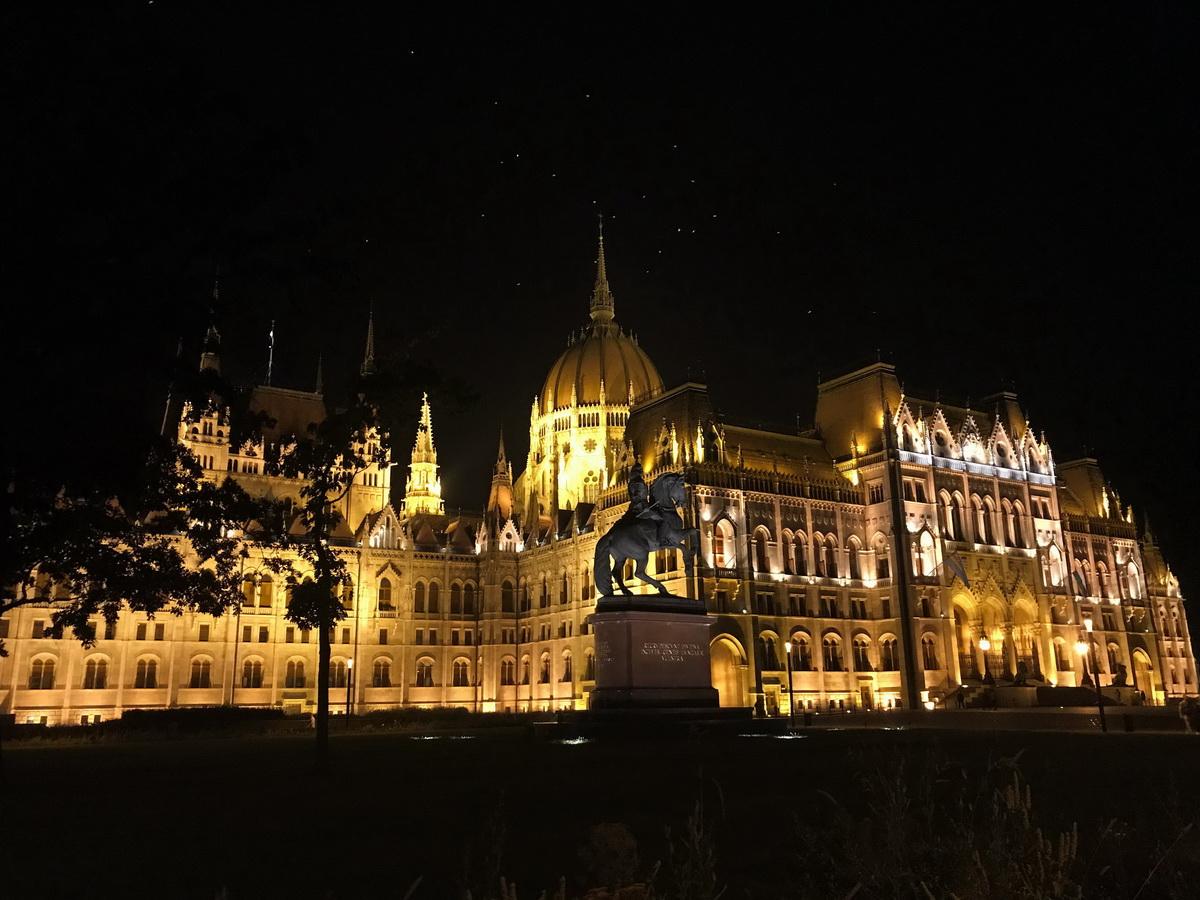Ночной вид на Дом парламента в Будапеште. Фото: архив семьи ЯКУШЕВИЧ
