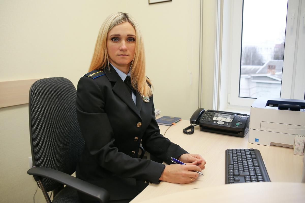 лена Карачун говорит, что всегда пытается найти контакт с должниками. Фото: Александр ЧЕРНЫЙ