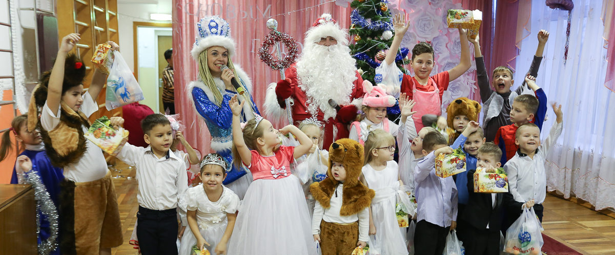 Барановичские водители такси поздравили детей из приюта с Новым годом