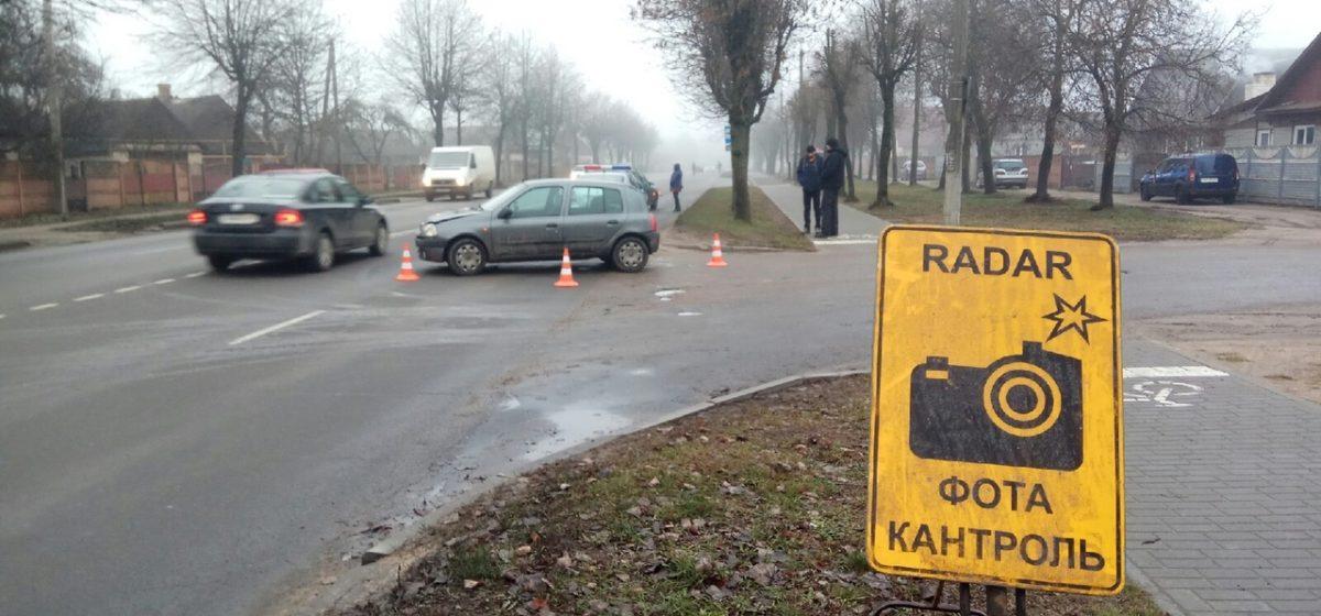 «Опель» и «Клио» столкнулись в Барановичах. Фотофакт