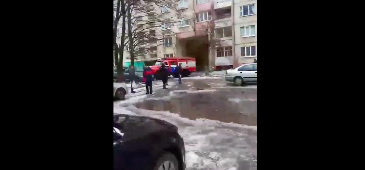 В Барановичах горела квартира. Видеофакт