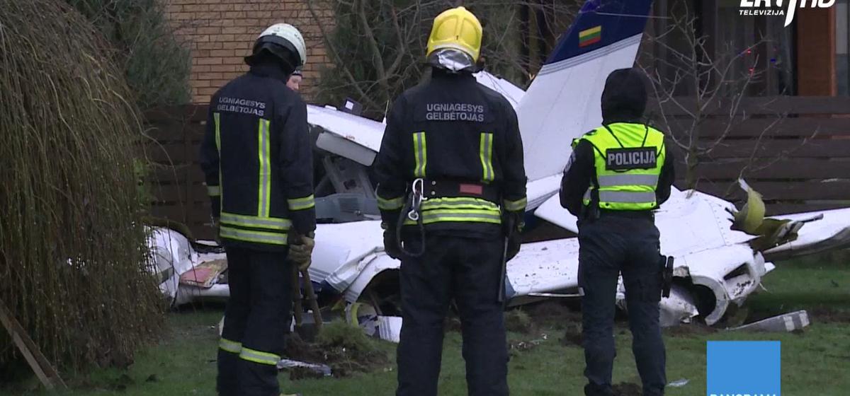 В Литве спортивный самолет разбился на заднем дворе жилого дома — погибли два человека