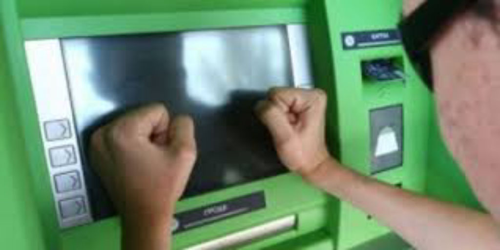 Брестчанин избил кулаками и мусоркой банкомат за то, что тот «съел» его карточку