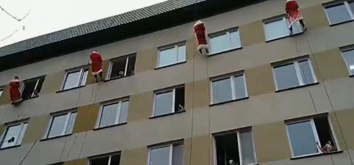 В Витебске Деды Морозы спустились с крыши детской областной клинической больницы, чтобы поздравить ребят. Видеофакт
