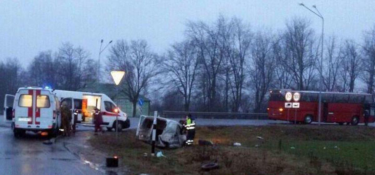 Автобус с детьми и Citroen Berlingo столкнулись под Слуцком: двое пострадавших
