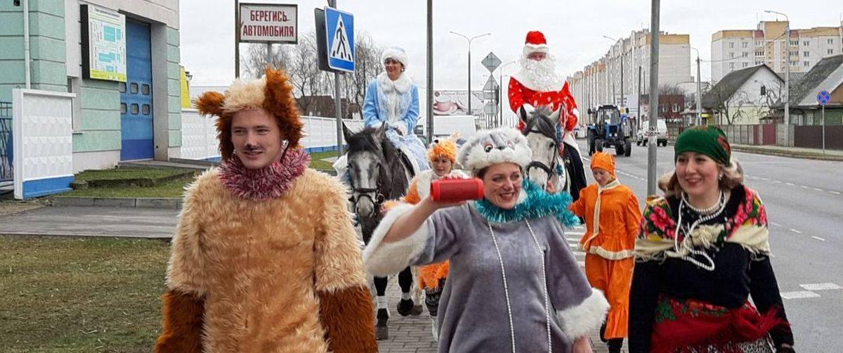 Дед Мороз и Снегурочка верхом на лошадях приехали поздравить работников молочного комбината в Барановичах. Фотофакт
