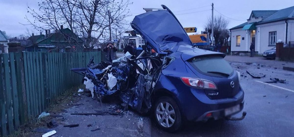 Легковушка влетела в автокран в Слониме — пострадали два человека