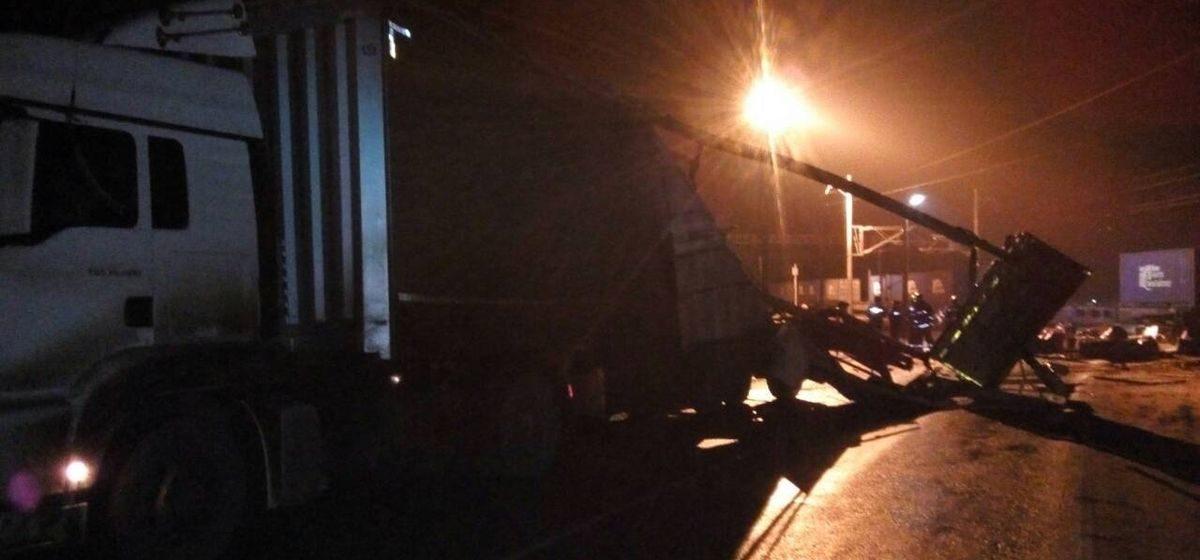 Грузовой поезд и тягач «МАН» столкнулись на переезде в Молодечненском районе