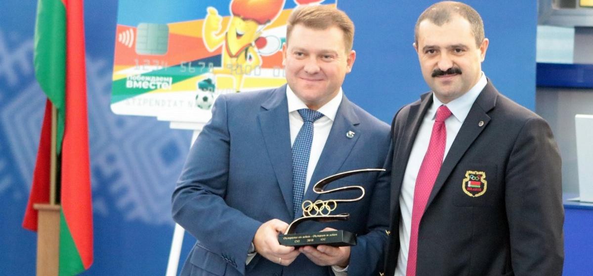 Фотофакт. Старший сын Лукашенко наградил своего брата