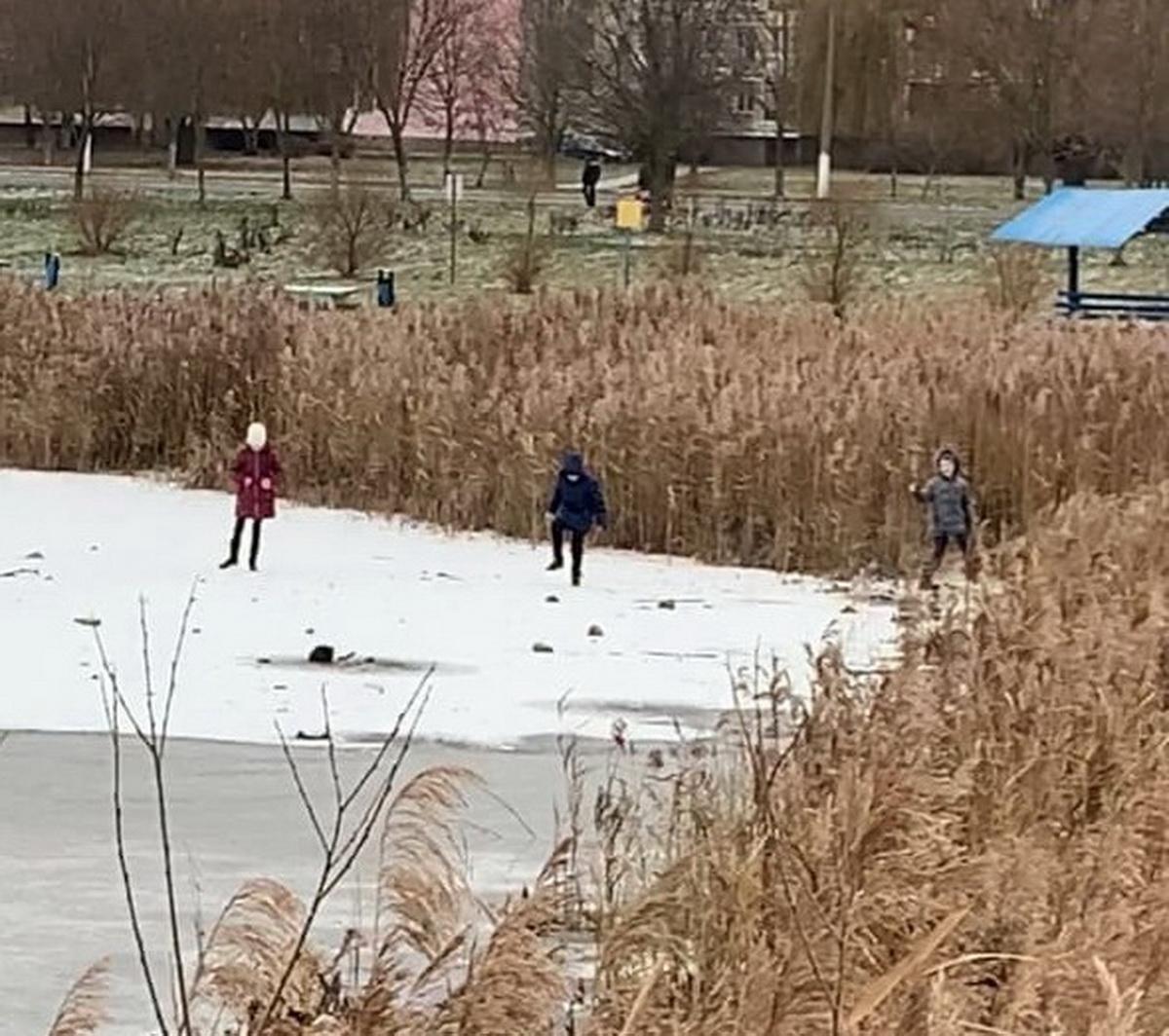 Прогулка по первому льду 1 декаб- ря чуть не закончилась для детей трагедией.  Фото: Егор ВАЩИЛКО