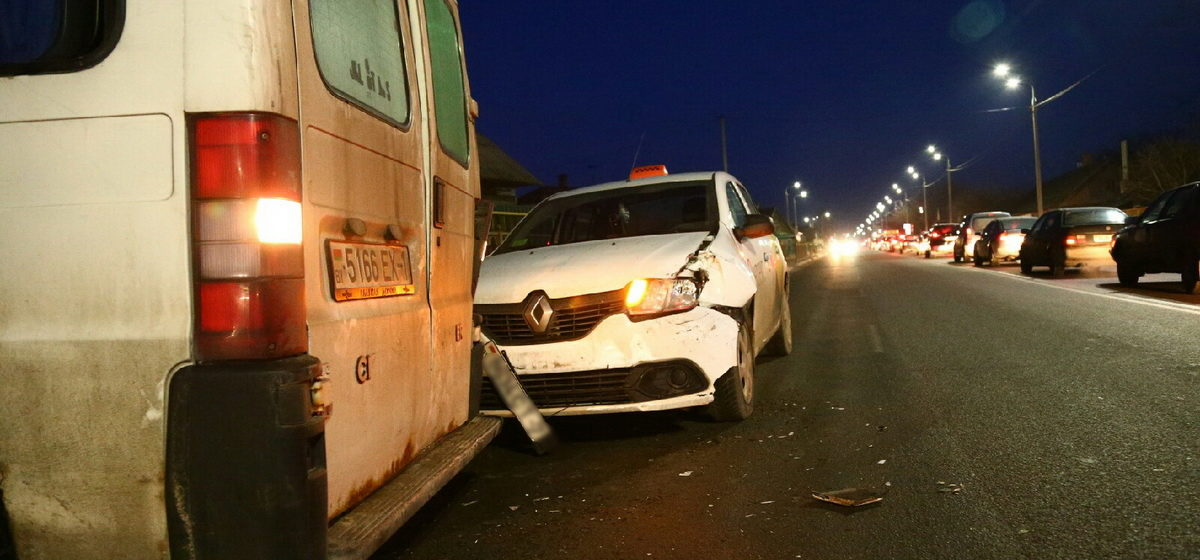 Такси столкнулось микроавтобусом в Барановичах. Фото