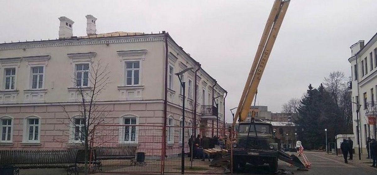 С крыши здания в Пинске упал рабочий. Мужчина погиб