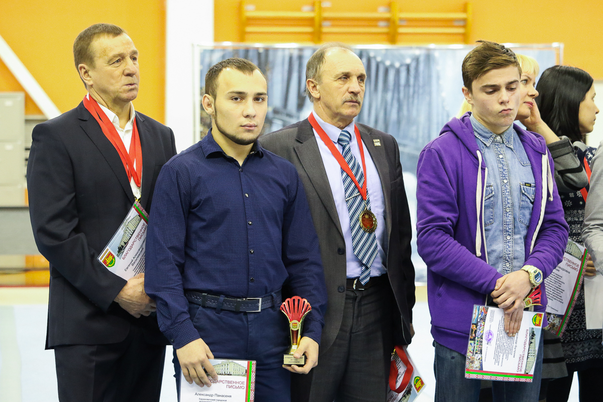 Анатолий Хвойницкий (в центре) на церемонии награждения лучших спортсменов и тренеров города за 2017 год. Фото: Intex-press