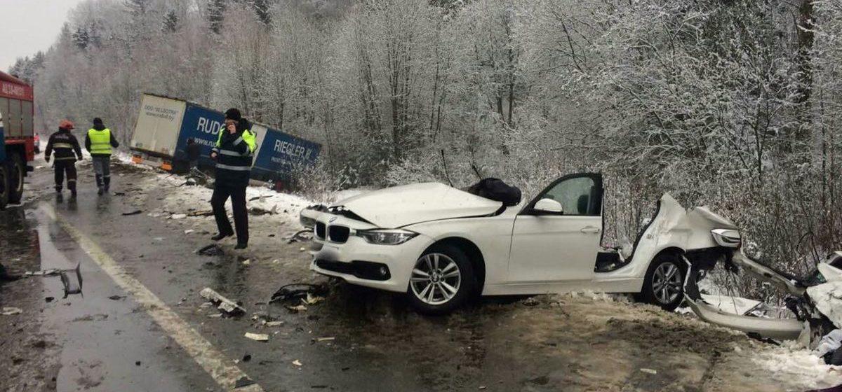 Страшная авария в Крупском районе — после столкновения с фурой автомобиль BMW разорвало на части. Фото
