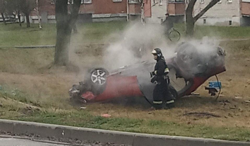В Березе перевернулась BMW. Полдня лежала, а потом загорелась. Пока пожарные тушили авто, милиция задерживала двух парней. Видео
