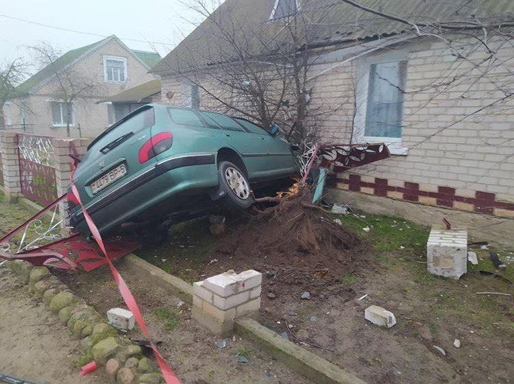 В Несвиже Peugeot снес забор и влетел в дом. Фотофакт