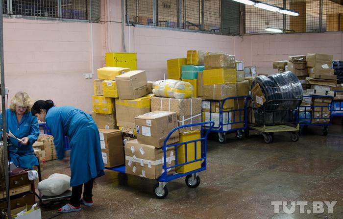 Белорусы жалуются, что несколько месяцев не могут получить посылки из-за границы. В чем причина?