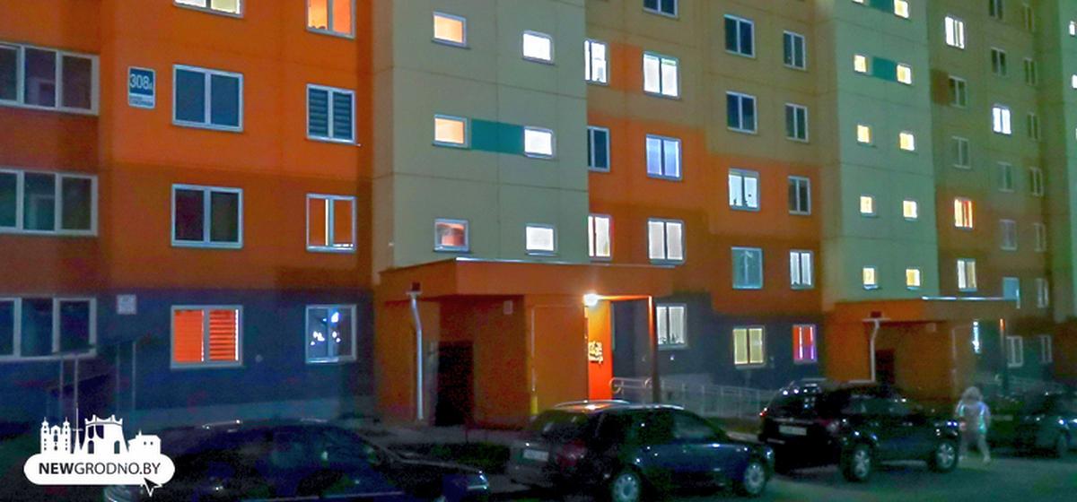 В новогоднюю ночь 16-летняя девушка упала с балкона 8 этажа в Гродно