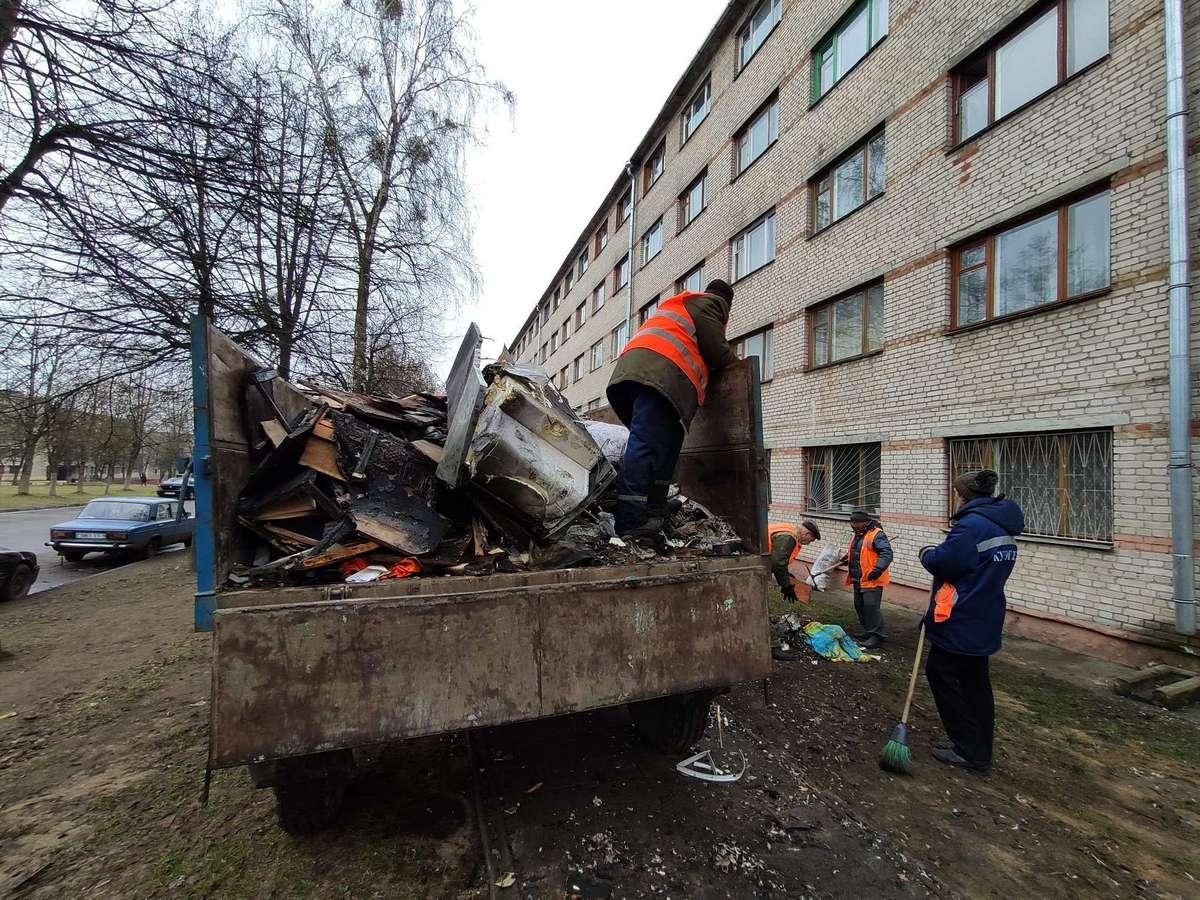 Работники ЖЭСа убирают мусор после пожара в общежитии №6 на улице Космонавтов. Фото: Александра РАЗИНА