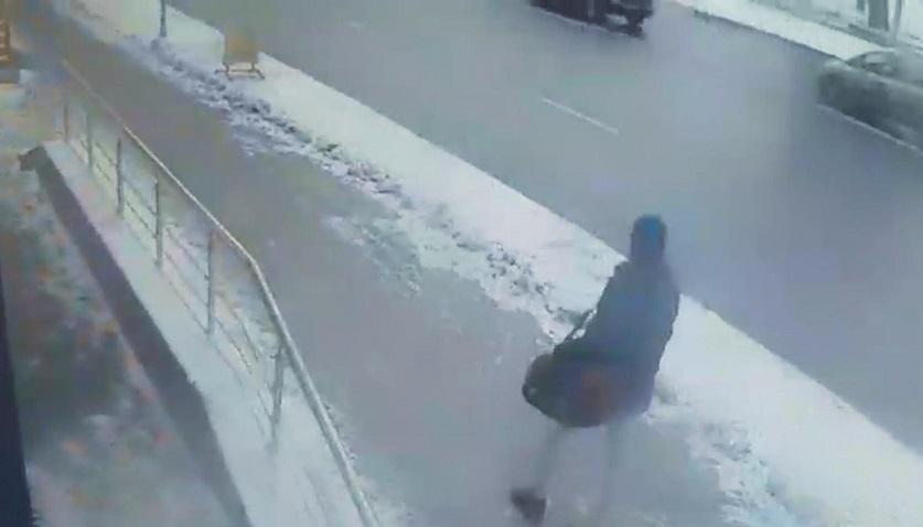 Передвижения мужчины с сумкой зафиксированы камерами видеонаблюдения. Фото: СК