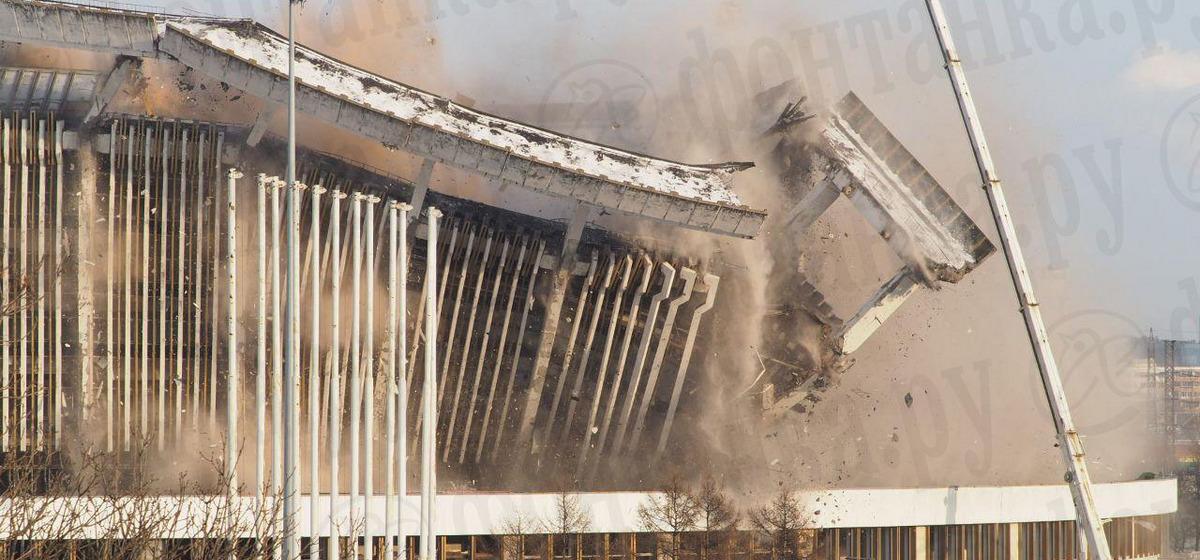 В Петербурге обрушилась крыша спорткомплекса. На видео попала трагическая гибель рабочего