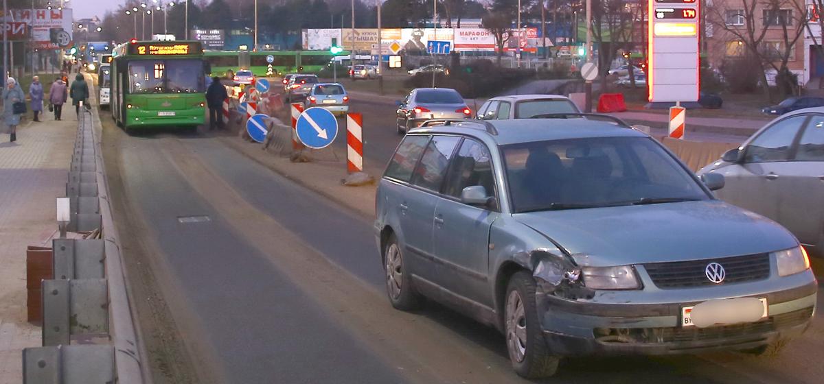 В Барановичах на мосту столкнулись автобус и «Фольксваген». Фотофакт