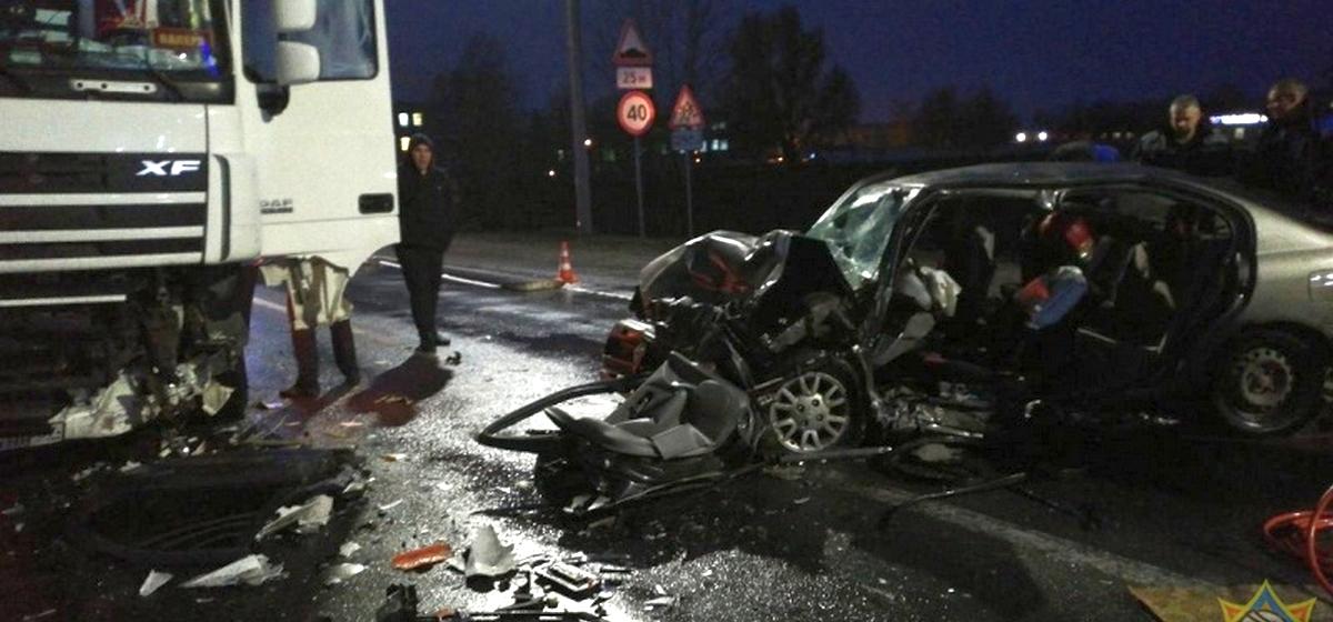 Лобовое столкновение «Ниссана» и фуры произошло под Пинском. Спасателям пришлось вырезать водителя легковой машины