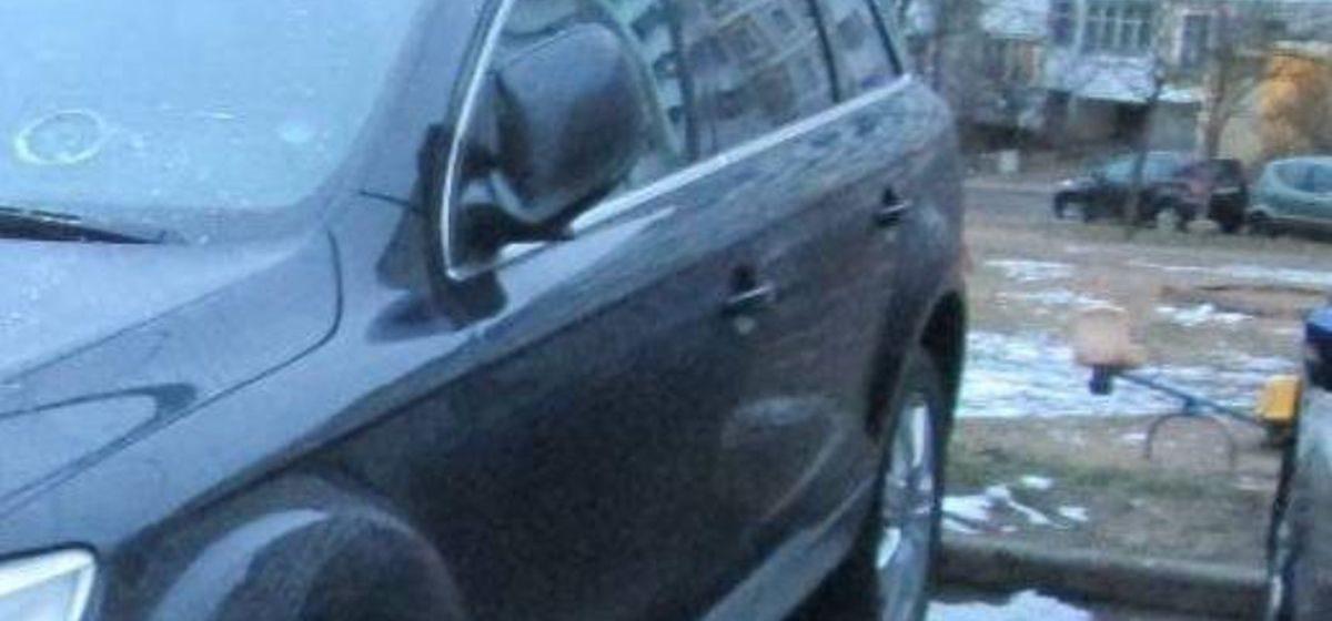 В Минске парень с балкона сбросил банку с огурцами прямо на машину соседа. И теперь он должен ему 2000 рублей