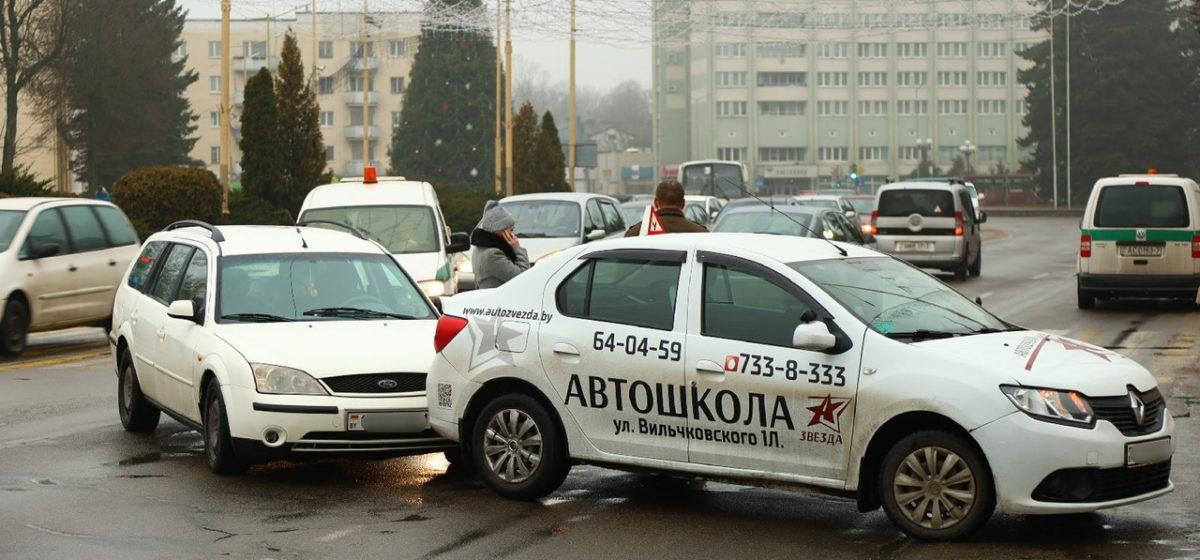 В Барановичах Ford въехал в учебный автомобиль. Фотофакт