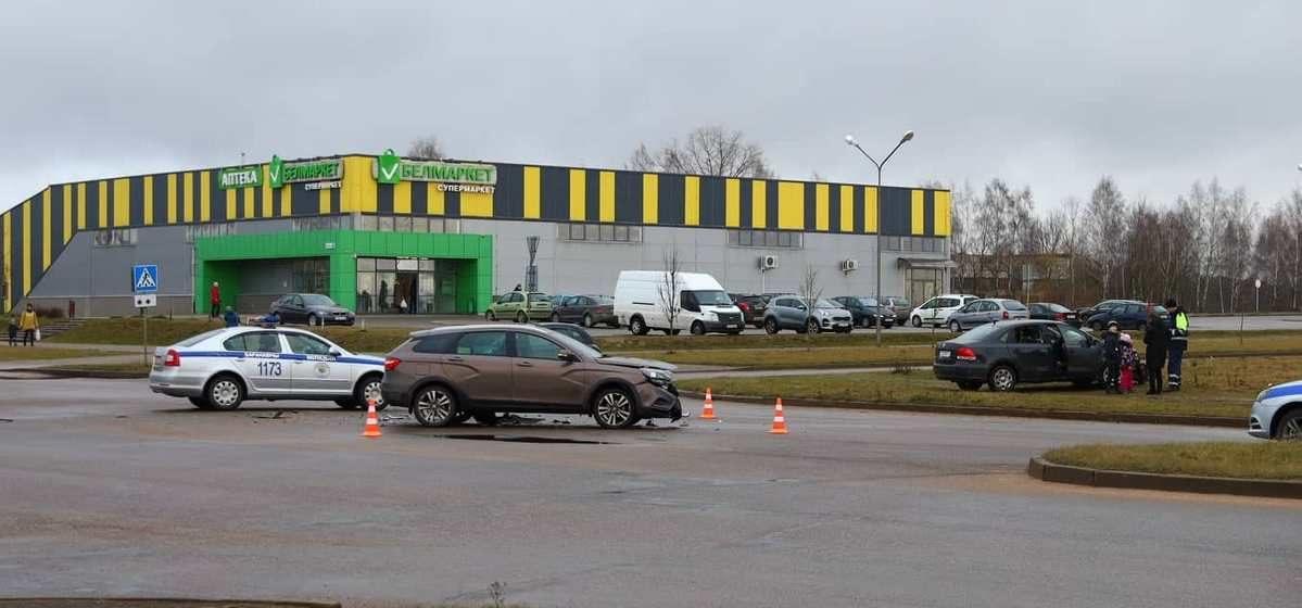 В результате ДТП в Барановичах «Фольксваген» с двумя детьми выбросило на зеленую зону. Фото