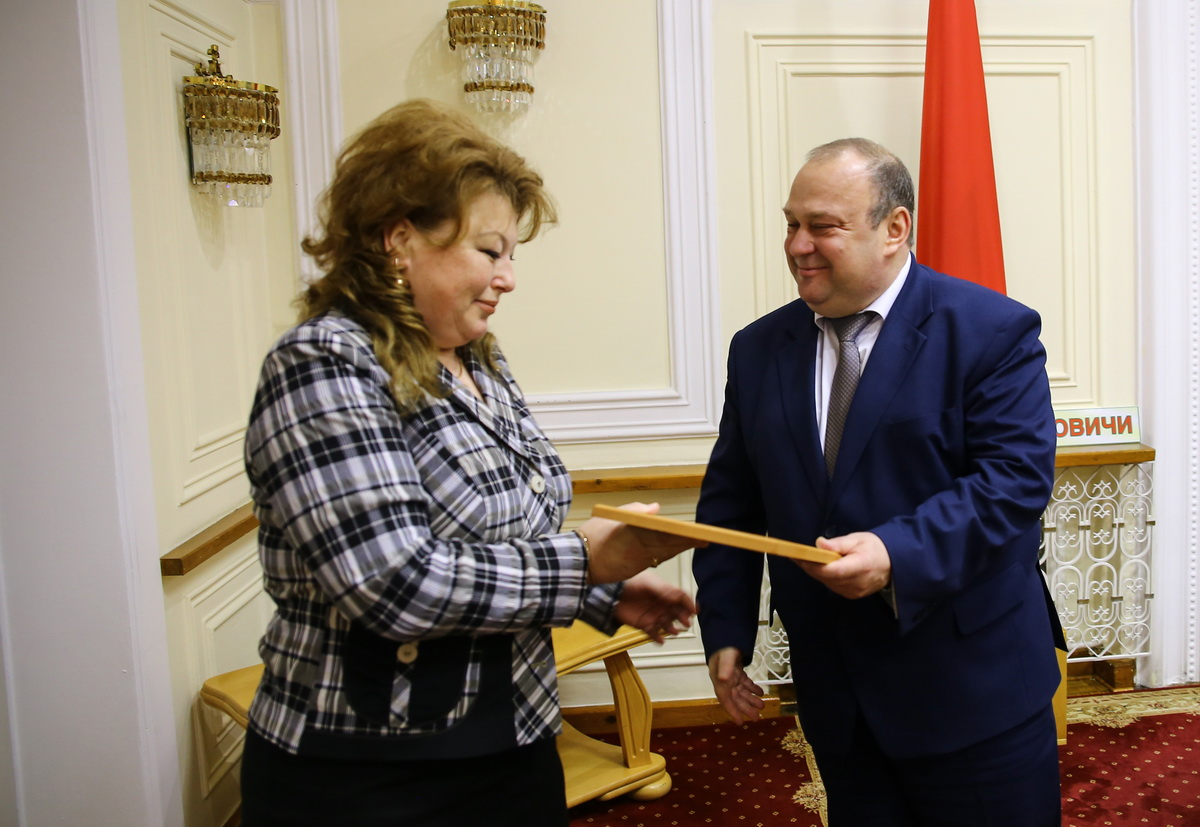 Анна Лебедская с председателем горисполкома Юрием Громаковским. Фото: Татьяна МАЛЕЖ