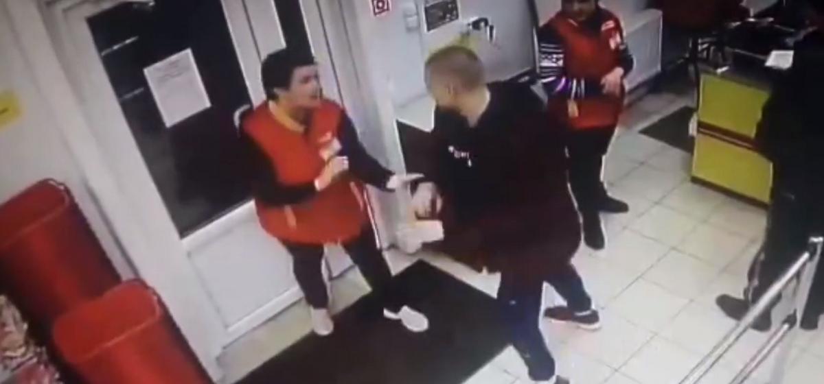 В Барановичах мужчина пытался вынести из магазина водку и укусил продавщицу. Видео