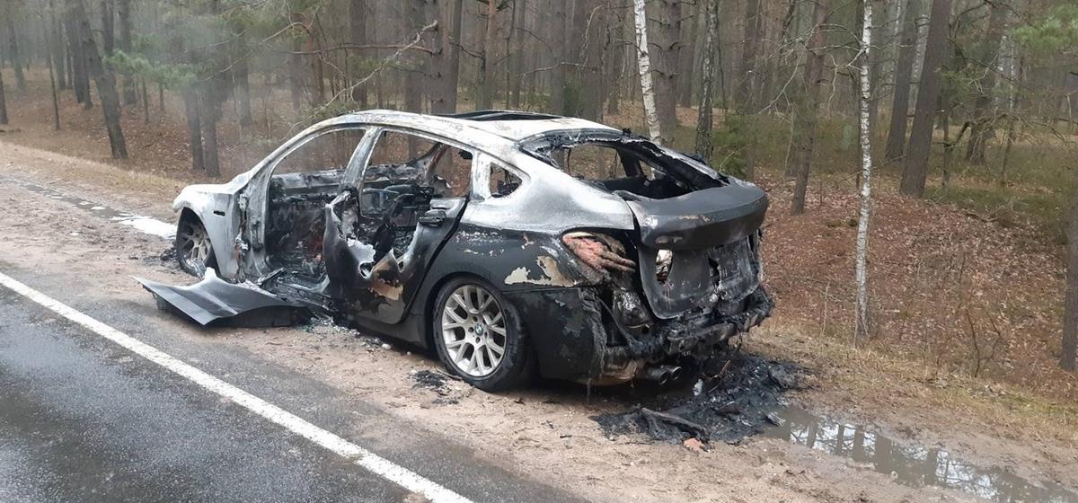 BMW 5 Gran Turismo полностью сгорел на дороге под Ивацевичами. Фото