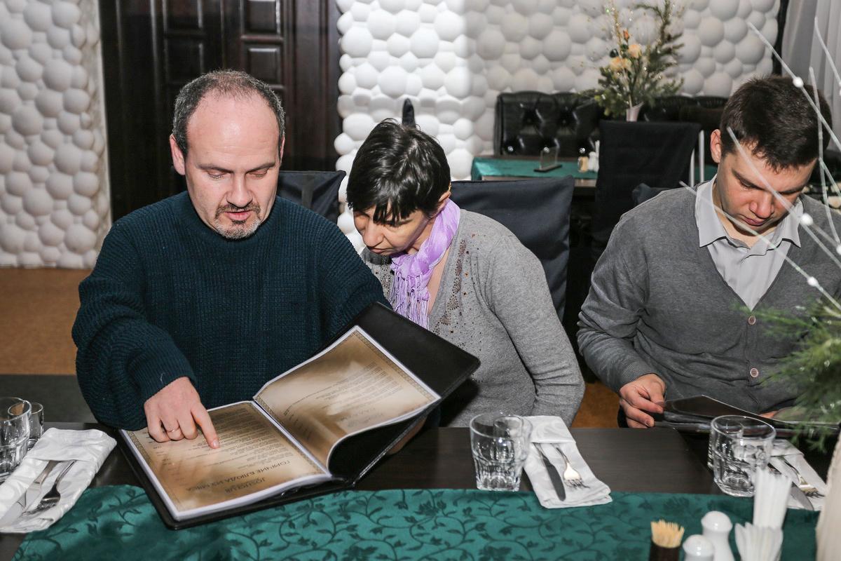 Борис Фейгин (слева) с женой и Веслав Соколовский. Фото: Александр ЧЕРНЫЙ