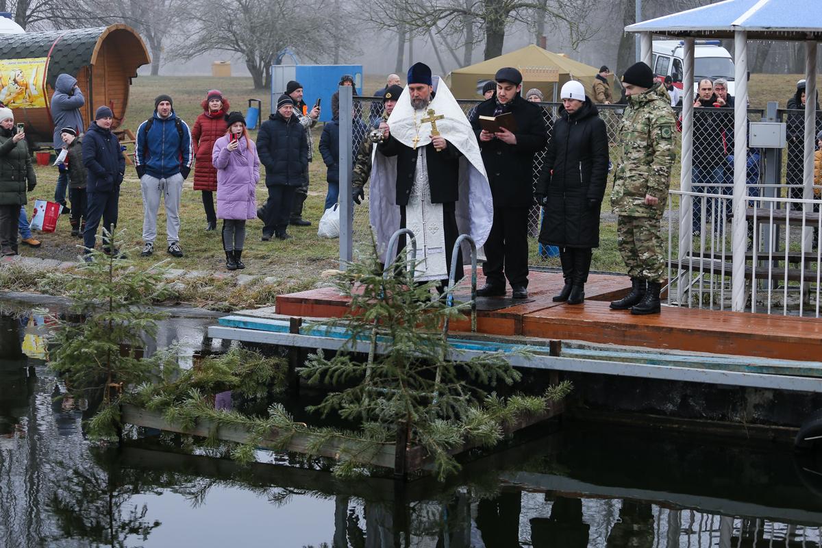 ОтецАнатолий из Свято-Покровского собора освящает воду в праздник Крещения Господня. Фото: Александр ЧЕРНЫЙ