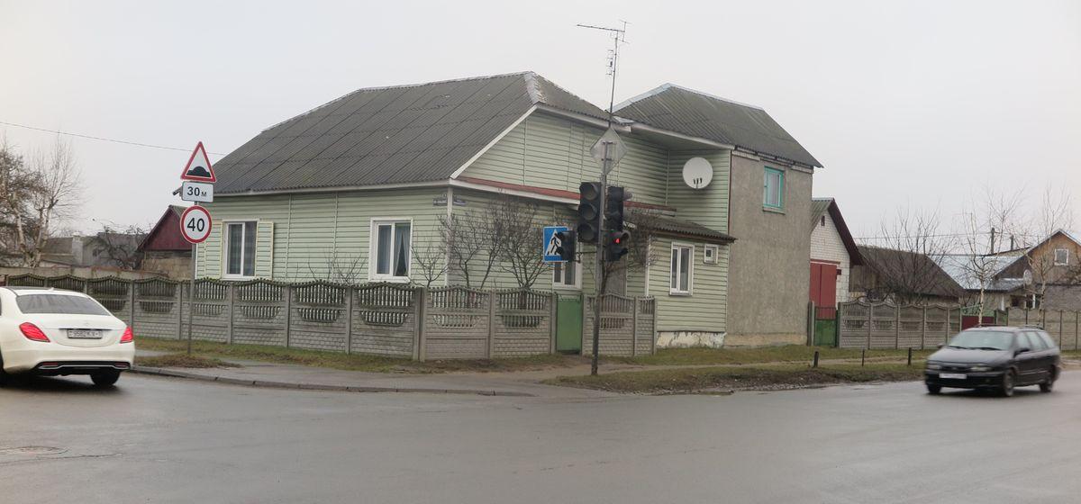 «Пока кого-нибудь не собьют, проблема не решится?». Почему жильцы углового дома в Барановичах не могут спать спокойно