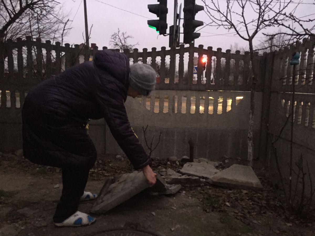 Остатки забора после ночного ДТП, который заменила семья Скобялко. Фото: Диана КОСЯКИНА