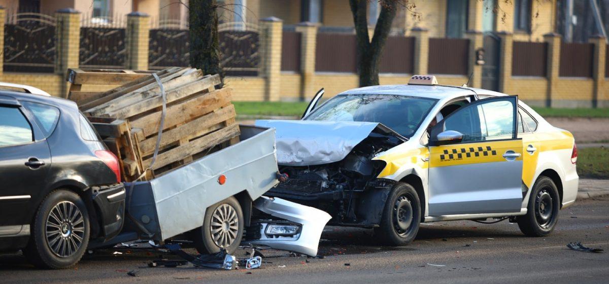 В Барановичах «Яндекс.Такси» въехало в «Пежо» с прицепом