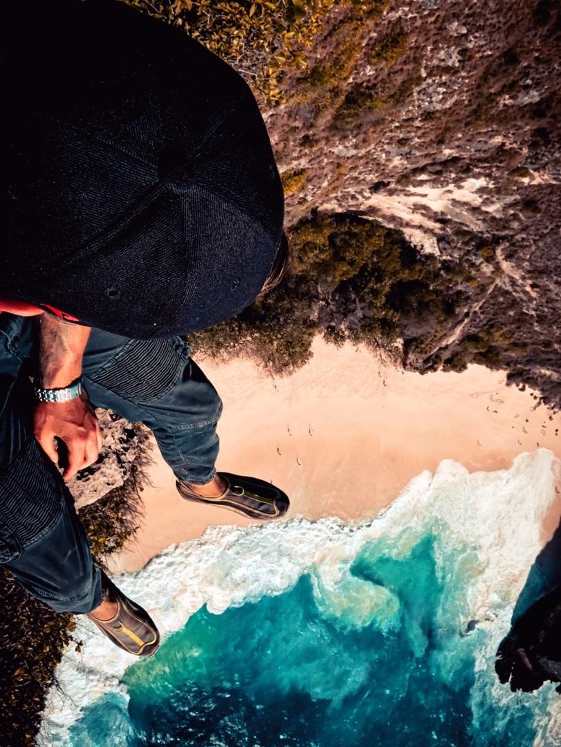 Максим Булаш – на утесе около океана.  Пляж Килинкинг, остров Нуса-Пенида. Фото: архив Максима БУЛАША