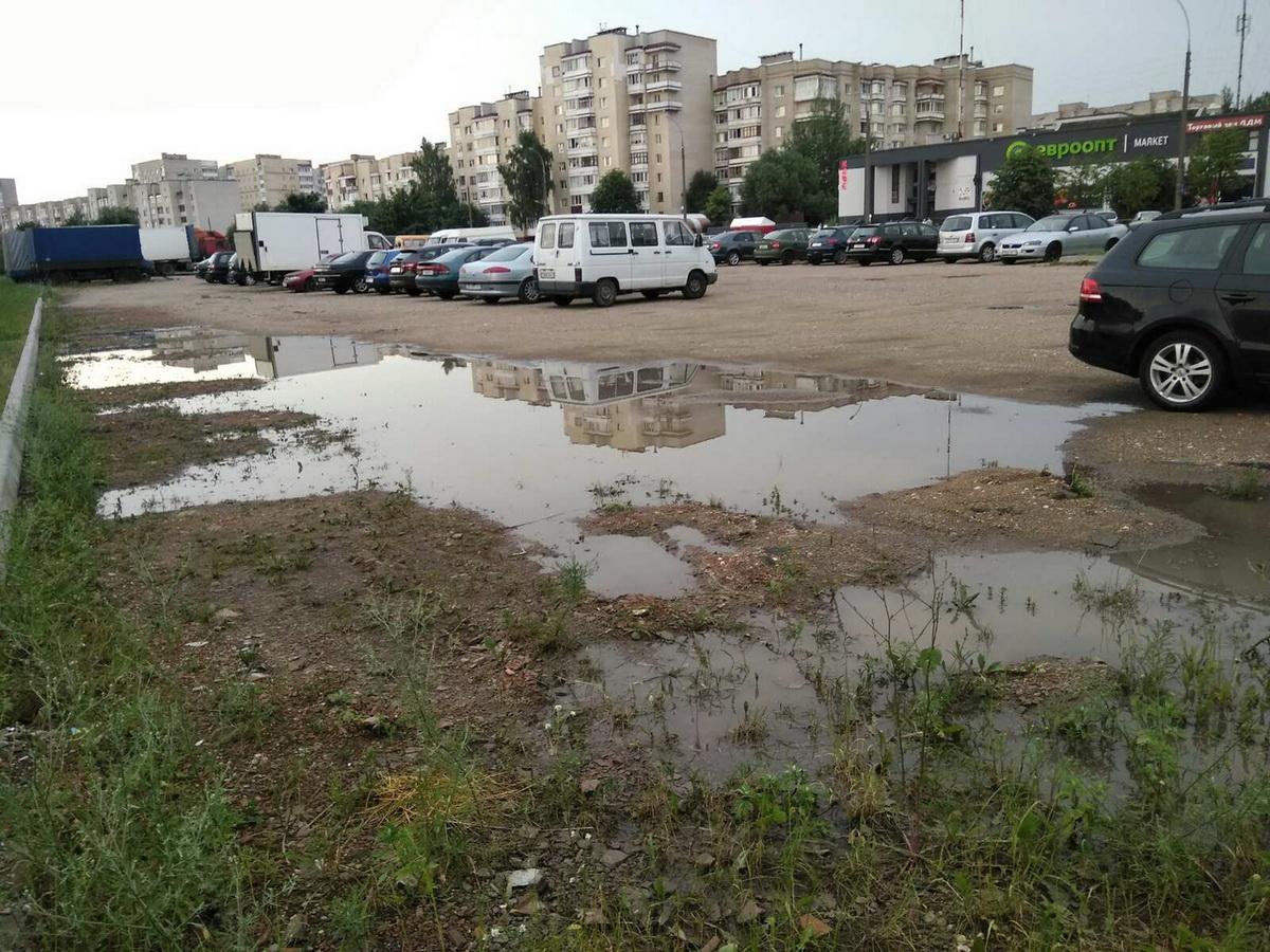 Несмотря на то, что парковка напротив ДДМ  не достроена и не благоустроена, на  ней вовсю паркуются автомобили.  Фото: Владимир ГУДЫМ